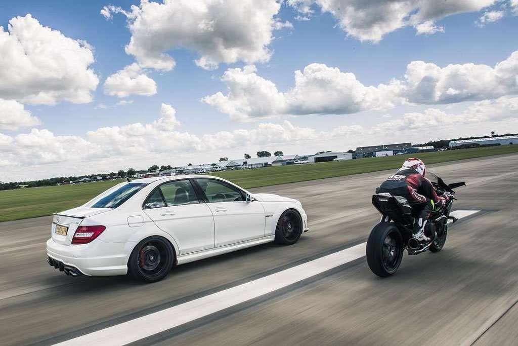 Video: Kawasaki H2R Vs Mercedes-AMG C63