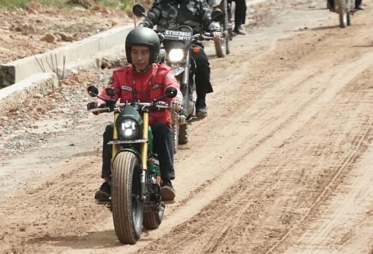 Jokowi Buktikan Motor Bobber Mampu Dipakai Off-road di Kalimantan