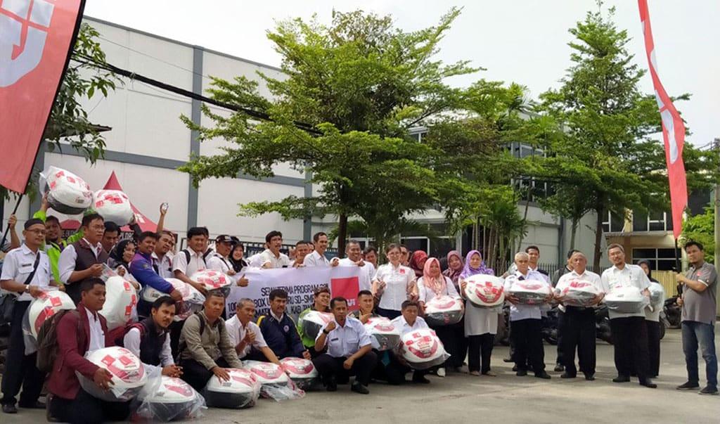 Givi Indonesia Donasikan 100 Box untuk Guru di Cikupa