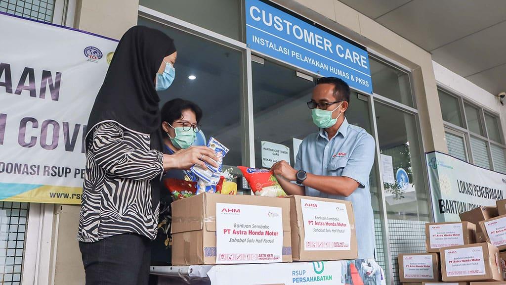 AHM Bagi 990 Paket Lebaran untuk Petugas Medis dan Warga