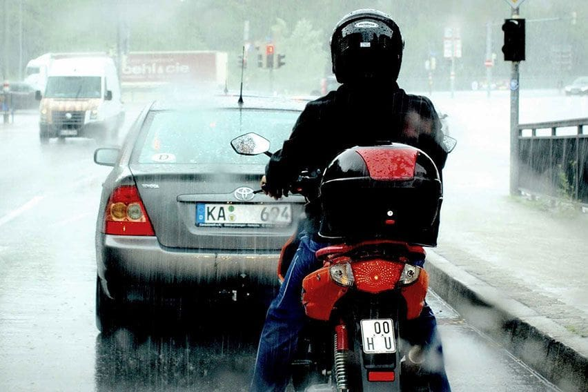 Berkendara Saat Hujan, Siapkan Beberapa Perlengkapan Ini