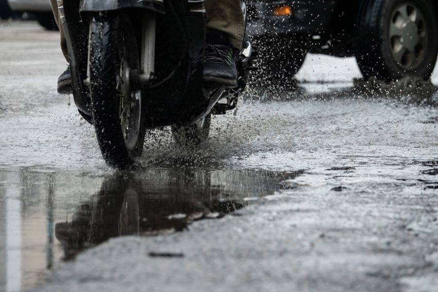 Berkendara Motor Aman saat Musim Hujan, Pelajari Teknik Pengereman