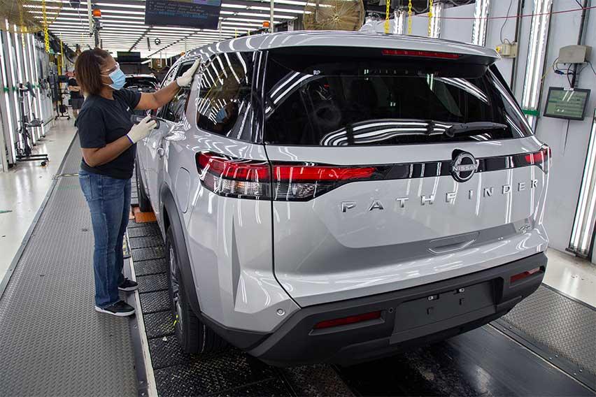 2022-Nissan-Pathfinder-assembly-line